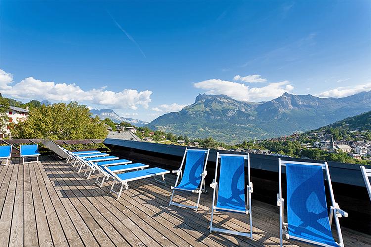 La terrasse du restaurant et sa vue sur le massif du Faucigny