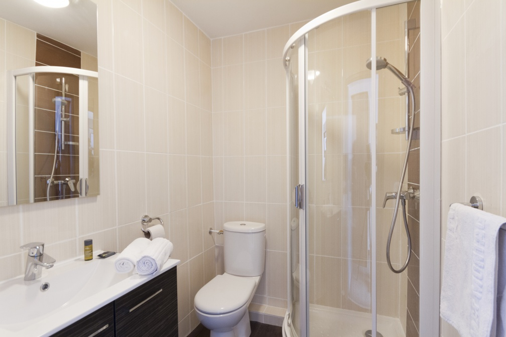 Des salles de bains avec douche ou baignore
